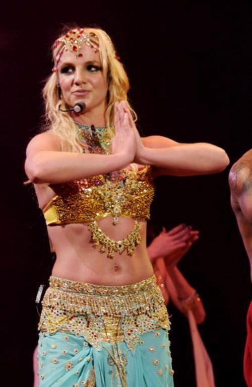 За время концерта она сменила более десяти костюмов, появляясь перед публикой то в образе восточной исполнительницы танца живота.